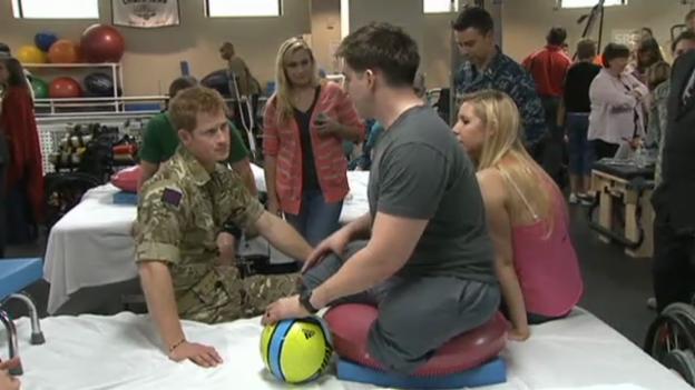 Video «Prinz Harry besucht verwundete Soldaten (unkomm.)» abspielen