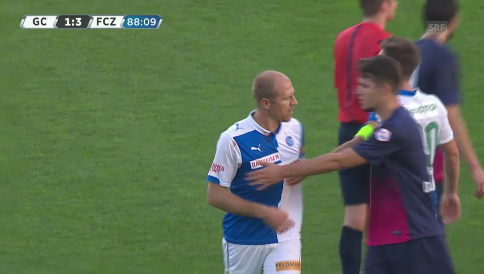 Fussball: Super League, GC - FCZ, die Tätlichkeit von Stephane Grichting an Amine Chermiti