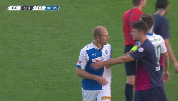 Video «Fussball: Super League, GC - FCZ, die Tätlichkeit von Stephane Grichting an Amine Chermiti» abspielen