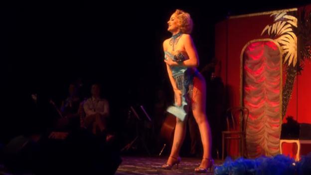 Video «Zoe Scarlett verführt das Publikum» abspielen