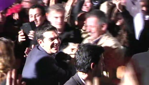 Video «Tsipras wird von Anhängern gefeiert» abspielen