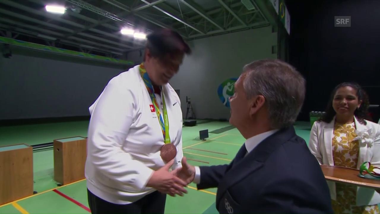Siegerehrung: Schweizer hängt Diethelm Gerber Bronze um