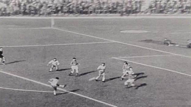 Video «Fussball: WM 1962, Halbfinal Brasilien - Chile, Garrincha trifft doppelt» abspielen