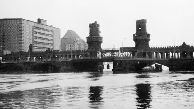 An der Berliner Mauer im Januar 1964