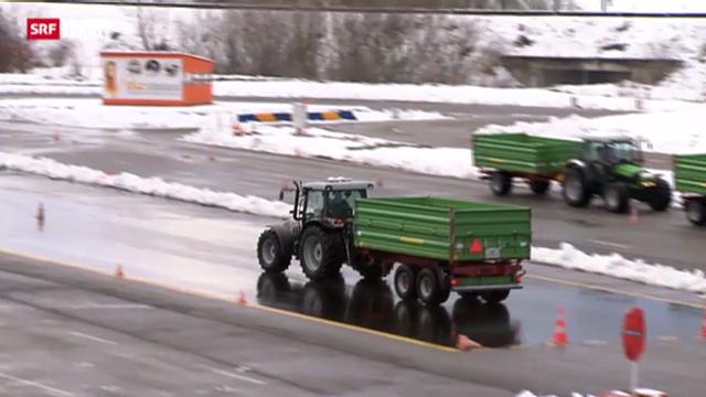 Landfrauen lernen Traktor fahren