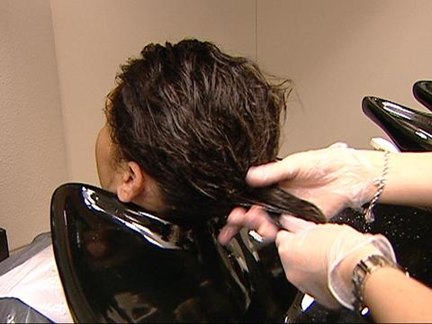 Video «Haar-Pflegespülung im Test: Nicht alle glänzen» abspielen