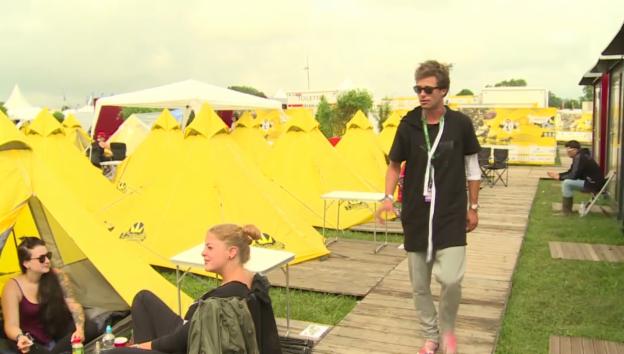 Video «Vujo erwacht am Morgen im fremden Zelt» abspielen