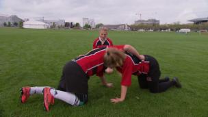 Video «Die Familie besucht Mais Rugby-Spiel» abspielen