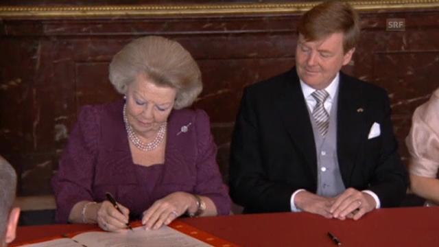 Beatrix und Willem-Alexander unterzeichnen die Abdankungsurkunde