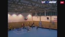 Link öffnet eine Lightbox. Video Tschechien: Turnhalle bricht unter Schneelast abspielen
