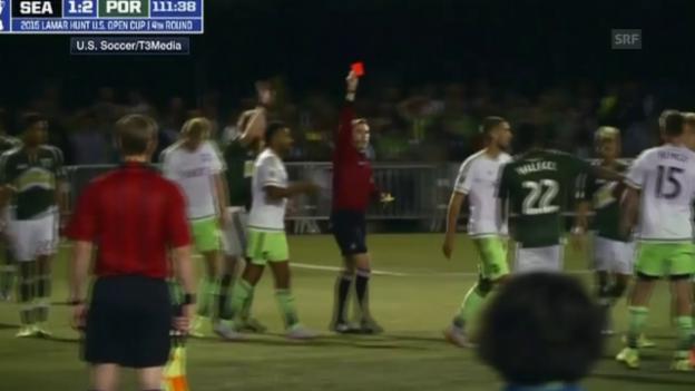 Video «Fussball: Clint Dempsey mit einem ungewöhnlichen Platzverweis» abspielen