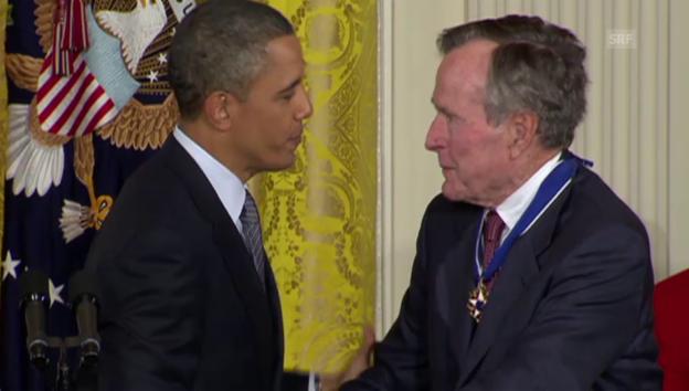 Video «Präsident Obama verleiht Bush Senior die Freiheitsmedaille» abspielen