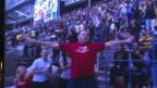 Video «Pausenunterhaltung für Djokovic: Der Mann mit den T-Shirt-Schichten» abspielen