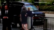 Video «Clinton strauchelt beim Verlassen der Gedenkveranstaltung» abspielen