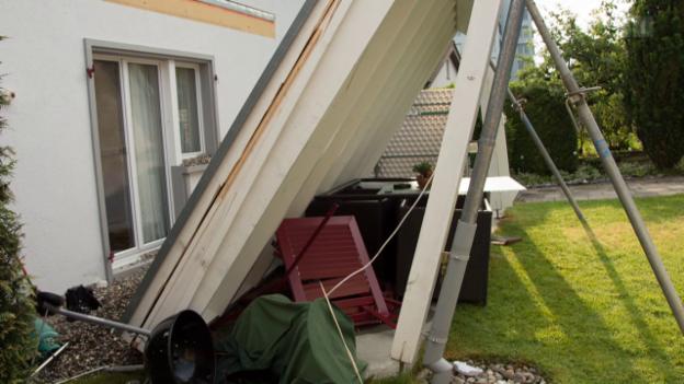 Video «Dacheinsturz: Bau-Unternehmer lässt Hausbesitzer hängen» abspielen