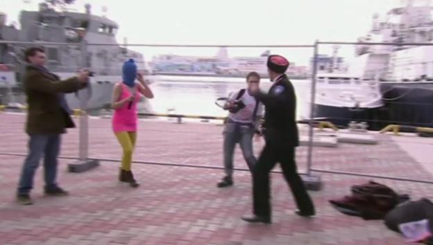 Video «Pussy Riot verprügelt (unkommentiert)» abspielen