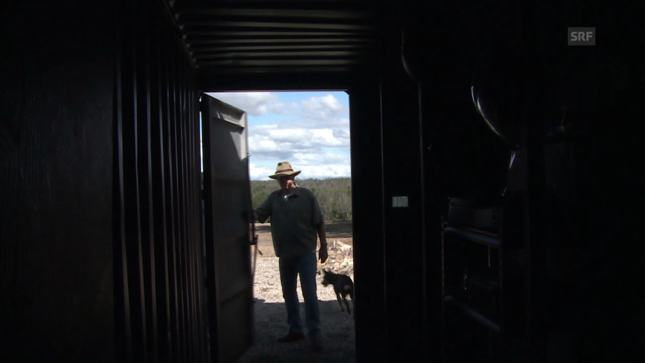 Urs Wälterlin zeigt Sven Furrer seinen Feuerbunker