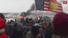 Link öffnet eine Lightbox. Video Sioux müssen Protestcamp räumen abspielen
