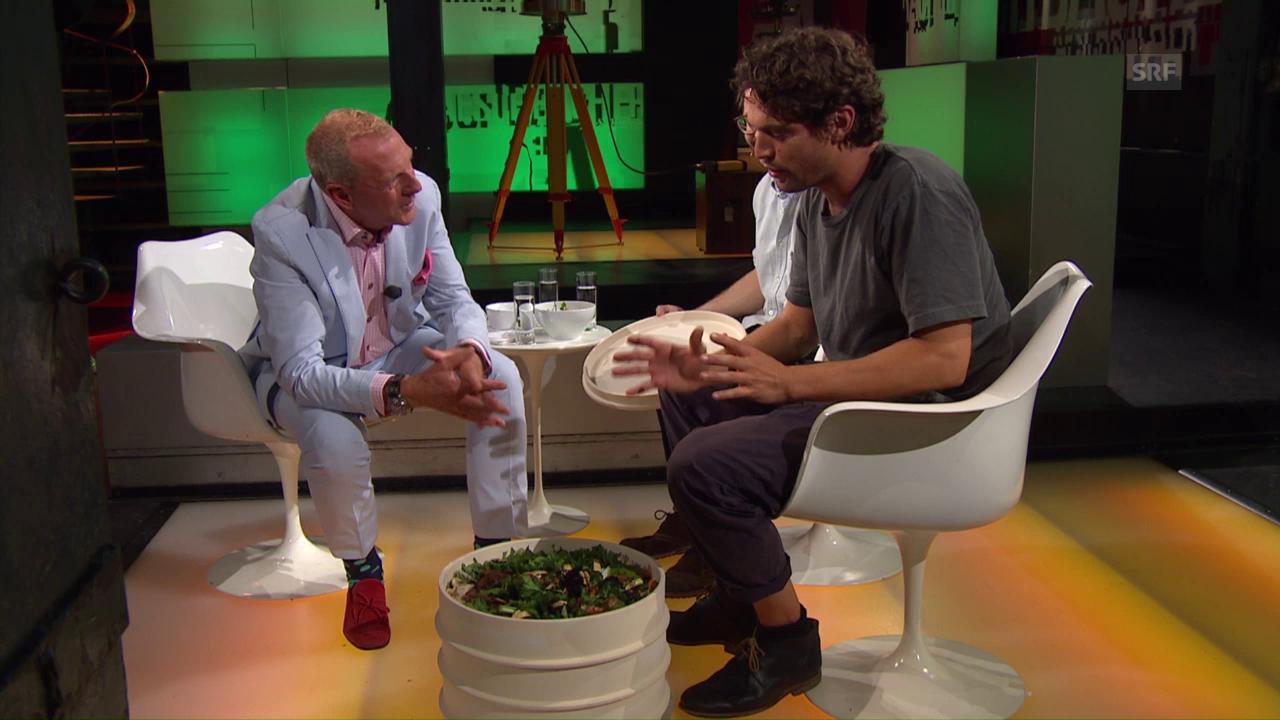 Nikolai Räber und Erich Fässler erklären ihr Wurmkompostiersystem
