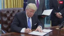 Link öffnet eine Lightbox. Video Trump besiegelt Ausstieg aus TPP abspielen