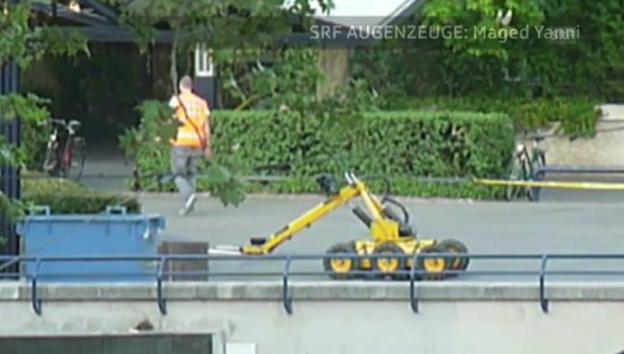 Video «Augenzeuge-Video zeigt den Bomben-Roboter im Einsatz» abspielen