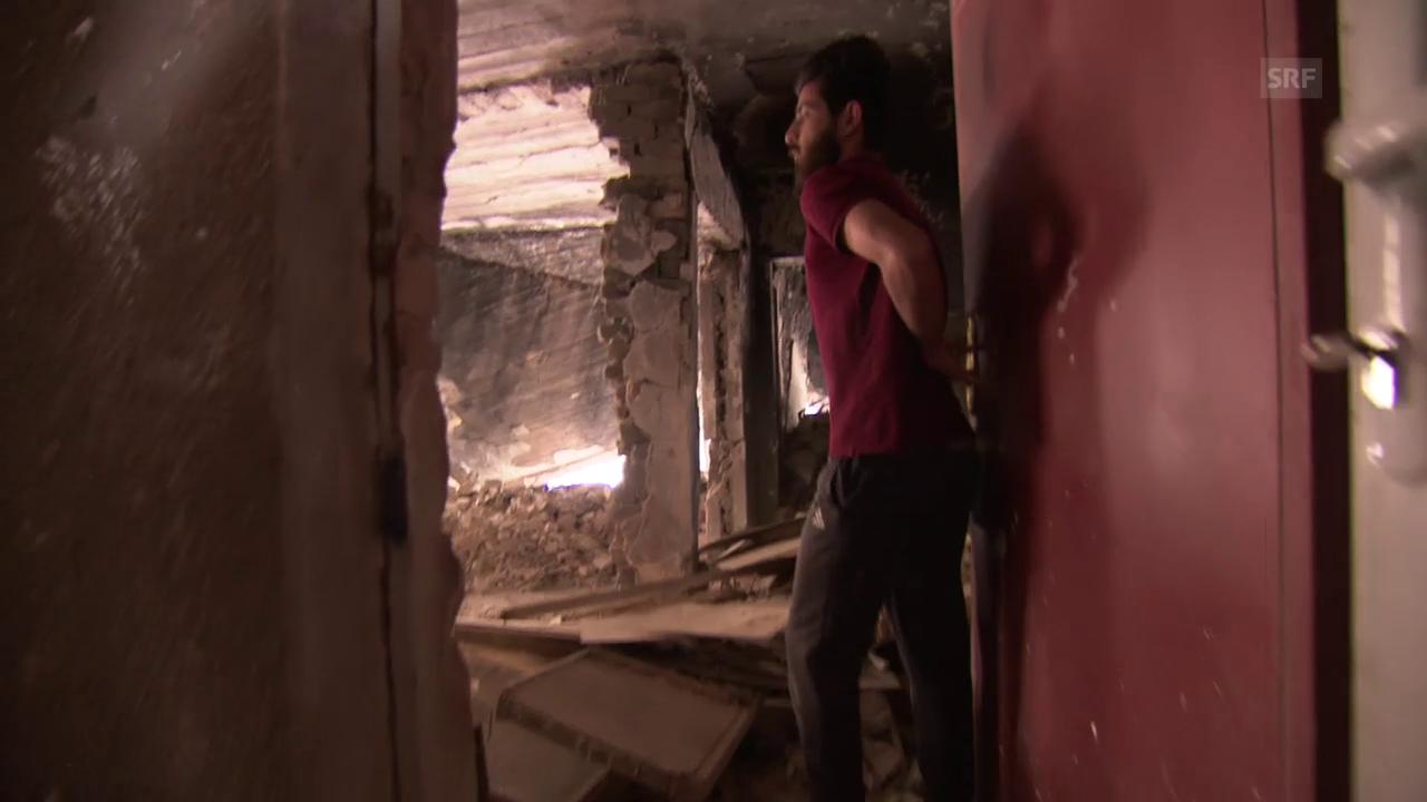 Student Yousif Hamed zeigt die Haustrümmer