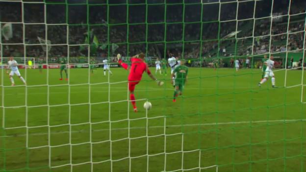 Video «Kurios: Genk-Goalie Bizot schlägt ein Luftloch» abspielen