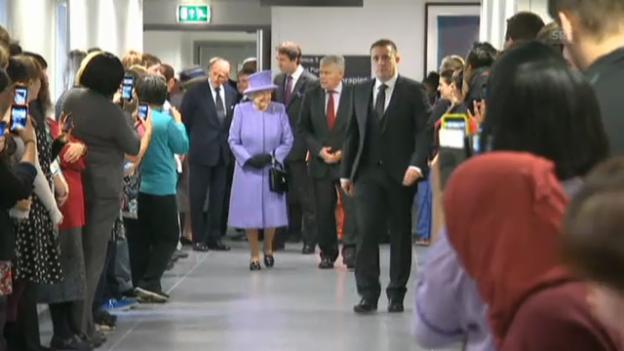 Video «Die Queen eröffnet eine Abteilung im Royal London Hospital (unkomm.)» abspielen