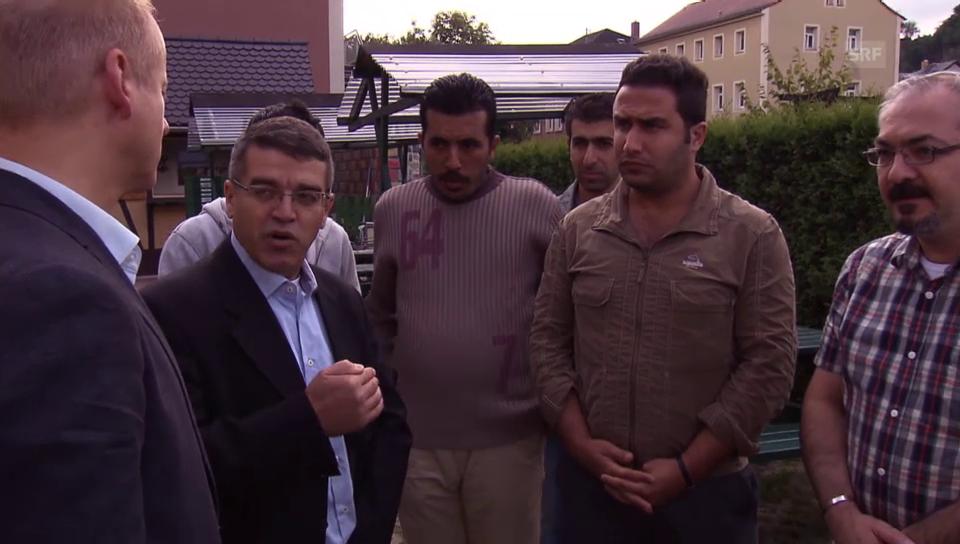 SRF-Reporter Thomas Vogel im Gespräch mit Flüchtlingen