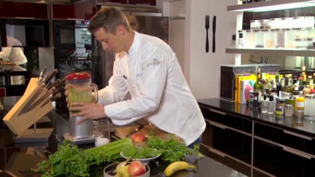 Video «Gruess us de Chuchi: Sommersaft mit Gemüse und Früchten» abspielen