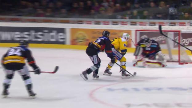 Video «Eishockey: Playoff-Halbfinal, Bern-Davos: Tor Lindgren zum 1:1» abspielen