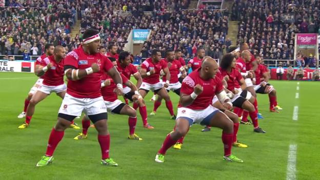 Video «Rugby: Tongas Sipi Tau gegen Neuseelands Haka (09.10.2015)» abspielen