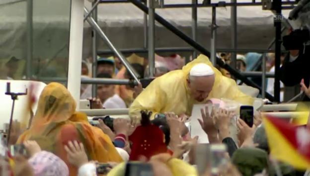Video «Hunderttausende jubeln Papst Franziskus zu» abspielen