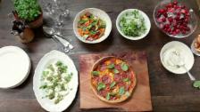 Link öffnet eine Lightbox. Video Jamies 30-Minuten-Menüs: Salami-Pizza abspielen.