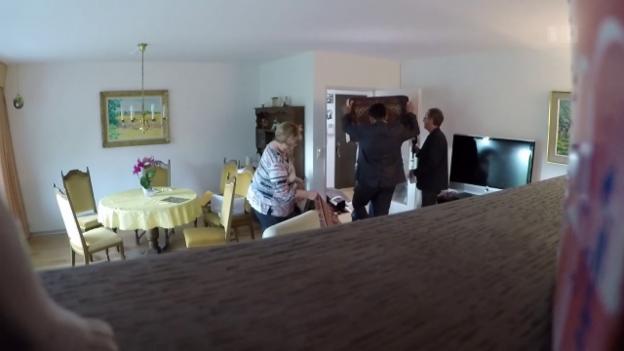 Video «Auf frischer Tat ertappt – «Teppichreiniger» nehmen Senioren aus» abspielen
