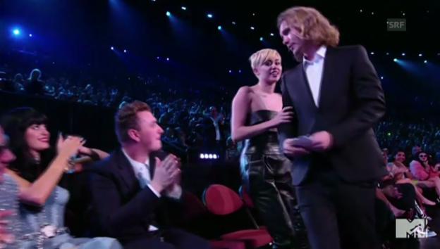 Video «Miley Cyrus lässt ihren Preis von Obdachlosem abholen» abspielen