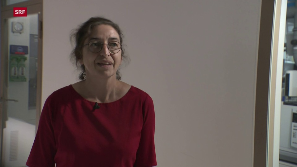 Ruth Mosimann, Leiterin Kontrolle von illegalen Arzneimitteln bei Swissmedic, im Gespräch mit Ueli Schmezer