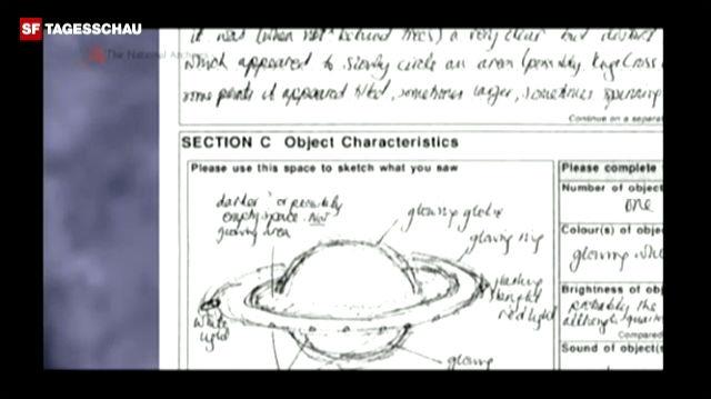 David Clarke, Verantwortlicher für UFO-Akten, führt durch UFO-Dokumente, die Anfang 2010 veröffentlicht wurden.