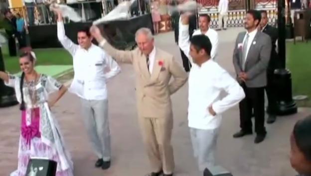 Video «Tanzender Prinz – Charles lässt die Hüften kreisen» abspielen