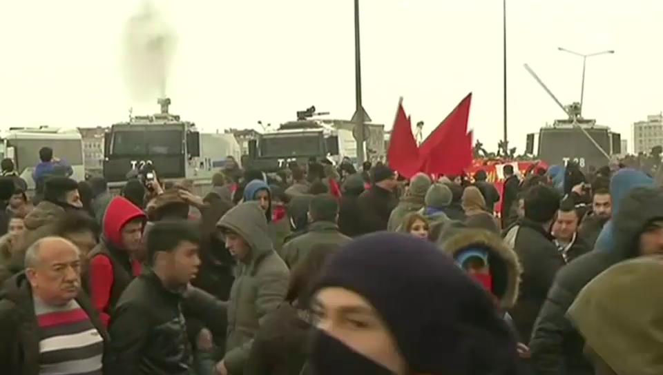 Mit Tränengas und Wasserwerfern gegen die Demonstranten (unkom.)