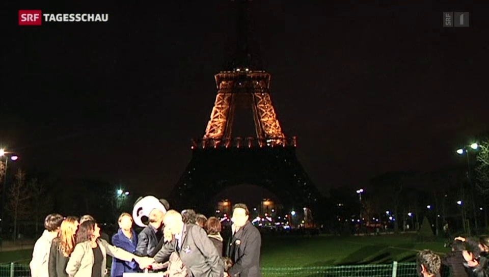 Der Eiffelturm steht im Dunkeln