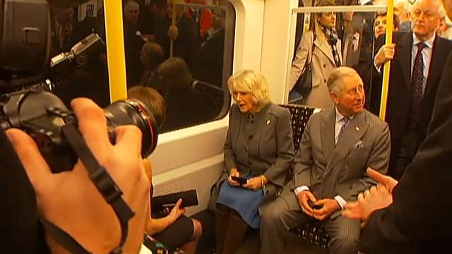 Prinz Charles und Camilla fahren U-Bahn (unkomm.)