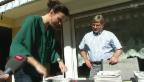 Video «Advent, Advent: Ein Zeitungsstapel wird prominent gebündelt» abspielen