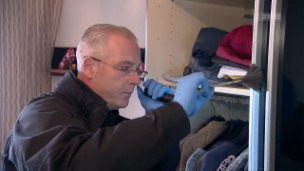 Video «Tatort Wohnzimmer – Einbruchsermittler auf Spurensuche» abspielen