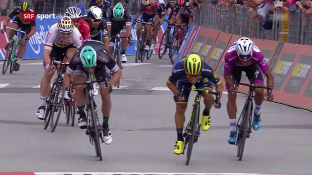 Video «Caleb Ewan bei seinem Giro-Debüt im Zentimeter-Glück» abspielen
