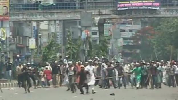 Video «Bangladesch: Strassenschlacht zwischen Polizei und Islamisten (unkomm.)» abspielen