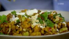 Link öffnet eine Lightbox. Video Clever kochen mit Jamie Oliver – Schweineschulter, Hackbraten und vegatarisches Curry abspielen.