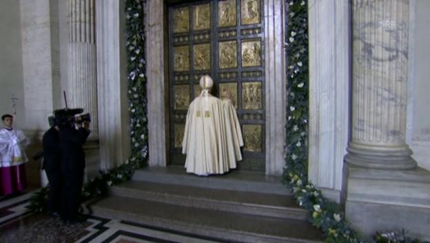 Video «Papst öffnet die Heilige Pforte (unkommentiert)» abspielen