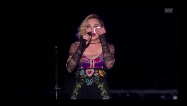 Video «Madonna in Stockholm am 14.11.2015» abspielen