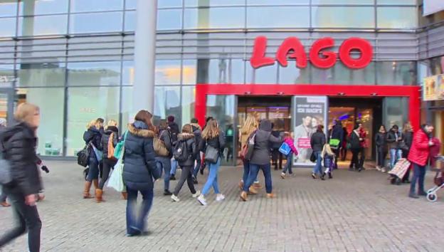 Video «Dutzende strömen ins Lagos-Einkauszentrum» abspielen